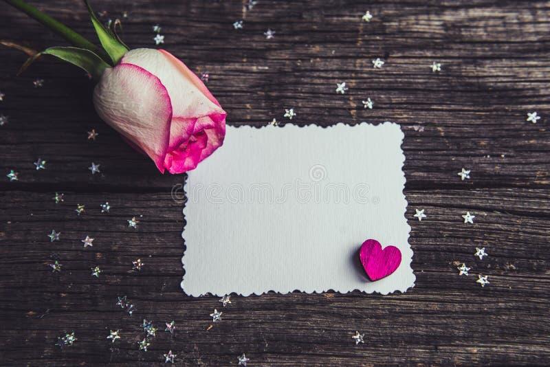 Rosas cor-de-rosa com declarações de uma nota do amor imagens de stock