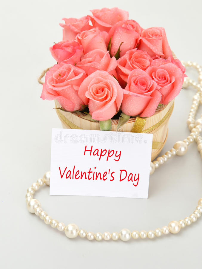 Rosas cor-de-rosa com papel de nota para o dia de Valentim imagens de stock royalty free