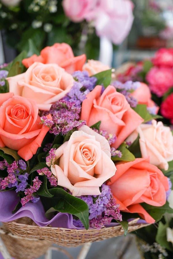 Rosas cor-de-rosa Um fechado acima do ramalhete da flor com foco seletivo no cor-de-rosa aumentou, flores para a surpresa em Vale foto de stock royalty free