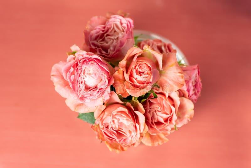 Rosas de Bush en un florero fotos de archivo