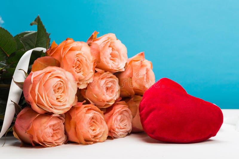 Rosas de Rosa com coração vermelho no fundo azul, feriado, dia de Valentim imagens de stock