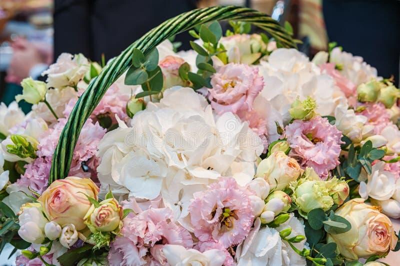 Rosas de variedades modernas rosadas con la hortensia y las flores en un ramo en una cesta de mimbre como regalo Fondo cerrado F  imágenes de archivo libres de regalías