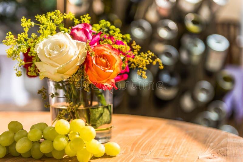 Rosas del ramo el día de fiesta en la tabla fotos de archivo libres de regalías