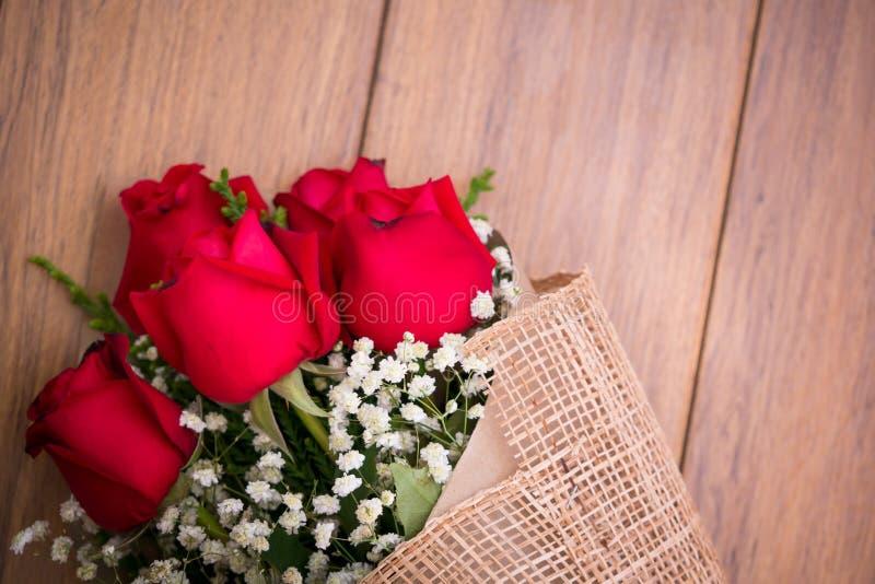 Rosas del vintage en el tablero de madera, fondo del día de tarjetas del día de San Valentín, weddi fotos de archivo