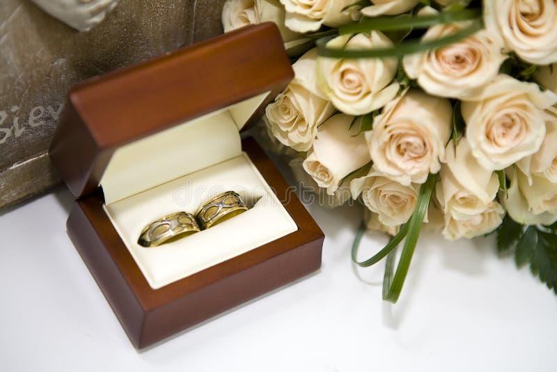 Rosas e anéis de casamentos na caixa fotografia de stock royalty free