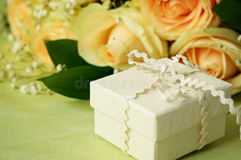 Rosas e caixa de presente imagem de stock
