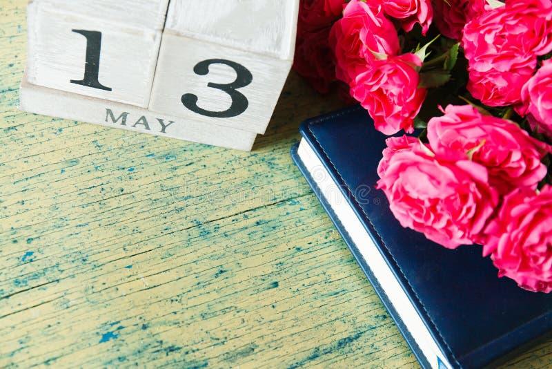 Rosas e calendário imagens de stock