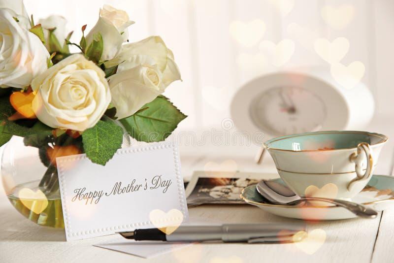 Rosas e cartão de nota para o dia de matriz foto de stock royalty free