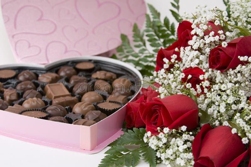 Rosas e chocolates imagem de stock
