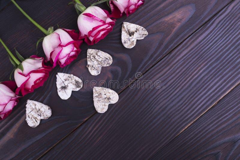 Rosas e corações da casca de uma árvore fotografia de stock royalty free