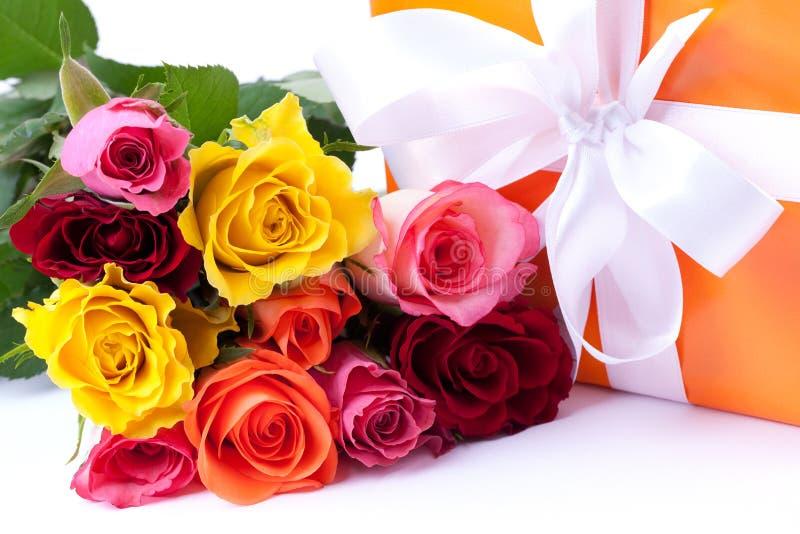 Rosas e presente fotos de stock