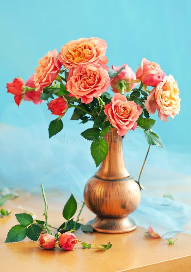 Rosas em um jarro do vintage imagem de stock royalty free
