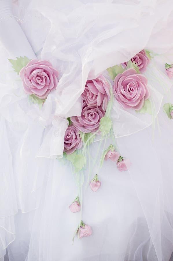 Rosas em um vestido de casamento. fotografia de stock