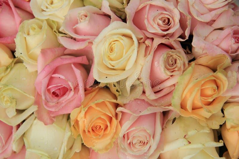 Rosas en colores pastel en un arreglo de la boda fotografía de archivo