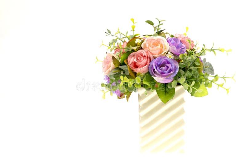 Rosas en el florero blanco con el fondo blanco fotos de archivo