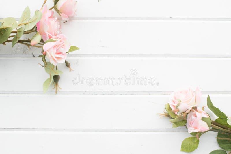 Rosas en el fondo de los tableros blancos imagen de archivo libre de regalías