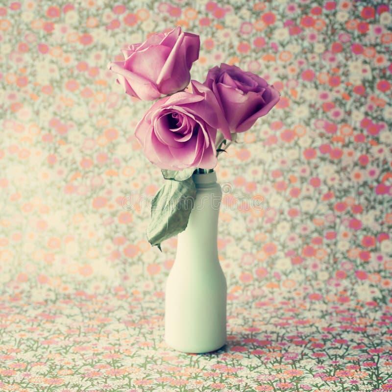 Rosas en florero de la turquesa fotos de archivo