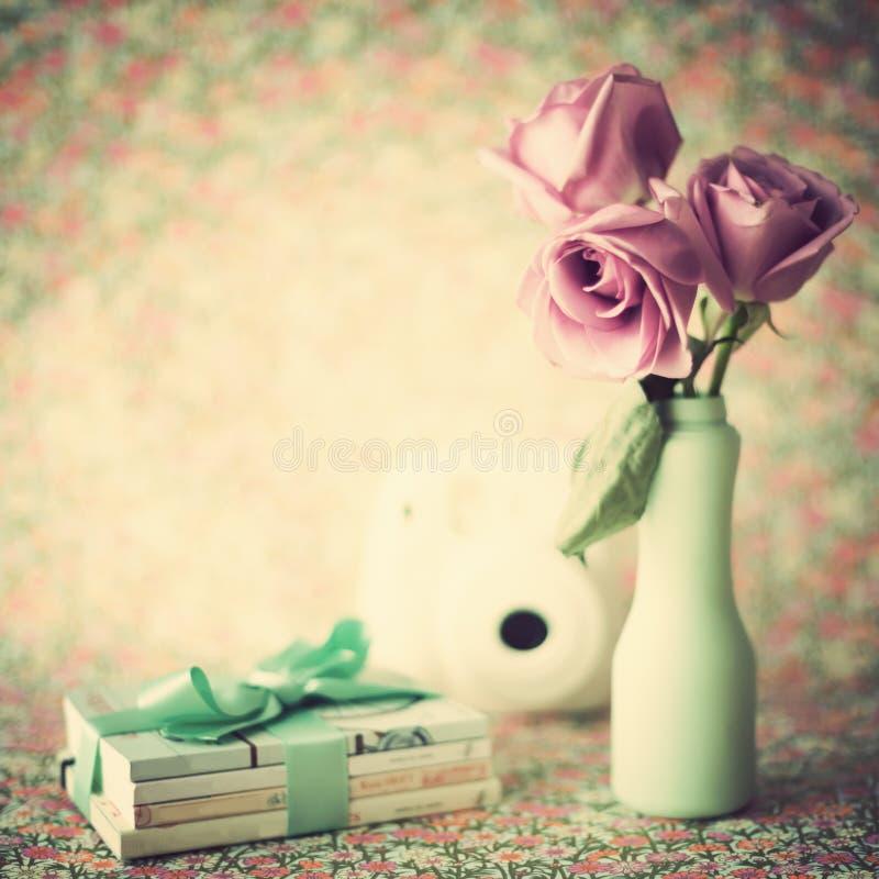 Rosas en florero de la turquesa imagen de archivo libre de regalías