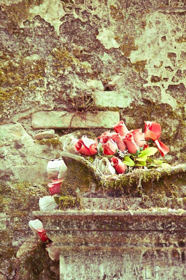 Rosas en la tumba vieja imagen de archivo