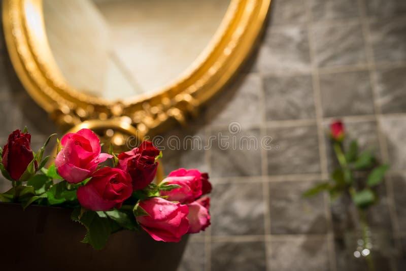Rosas en lavabo , Día de tarjetas del día de San Valentín imágenes de archivo libres de regalías