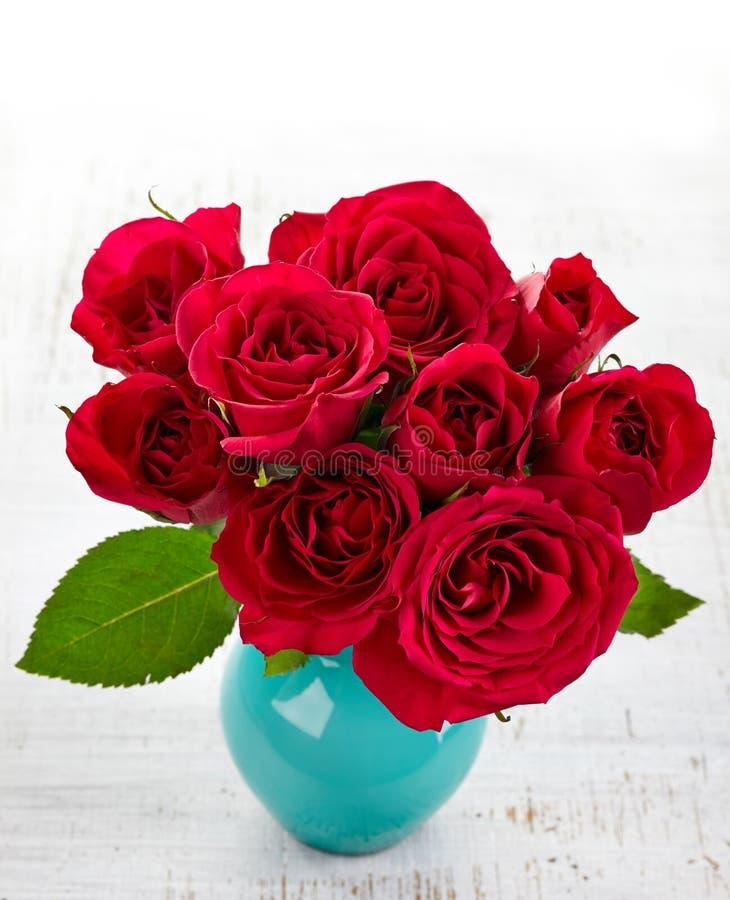 Rosas en un florero fotos de archivo