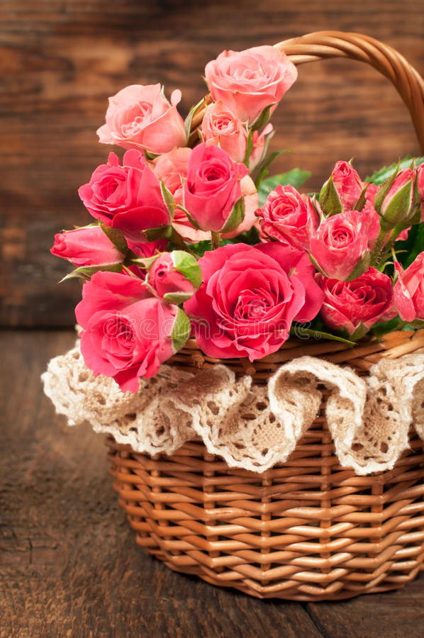 Rosas en una cesta de mimbre fotografía de archivo