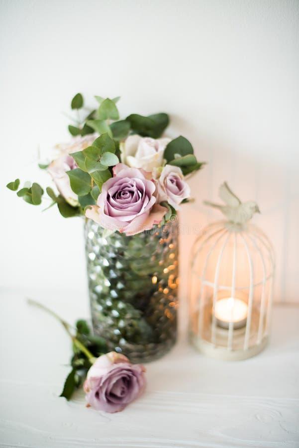 Rosas frescas do verão da cor roxa, malva no vaso com parede branca b fotos de stock