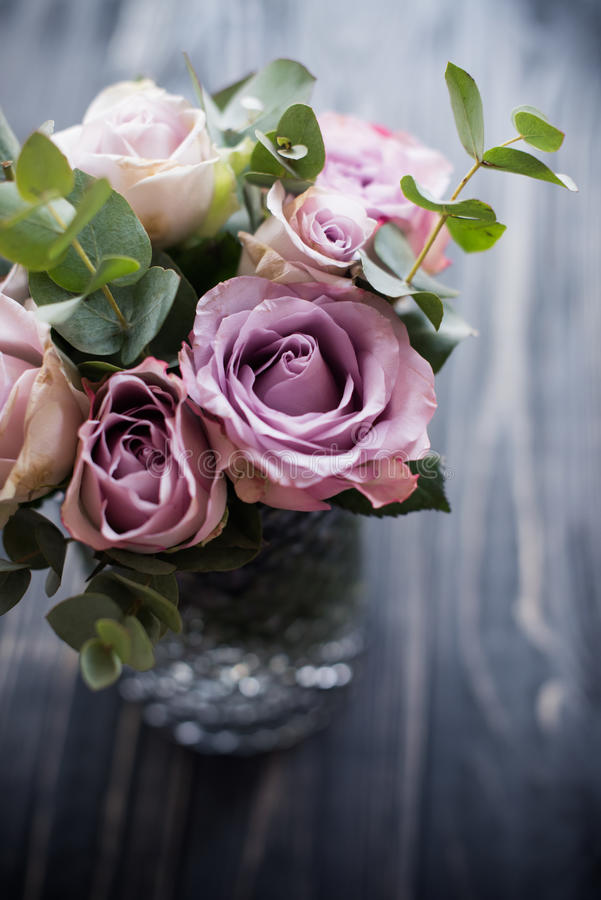 Rosas frescas do verão da cor roxa, malva no vaso com tabuleta preta imagens de stock royalty free