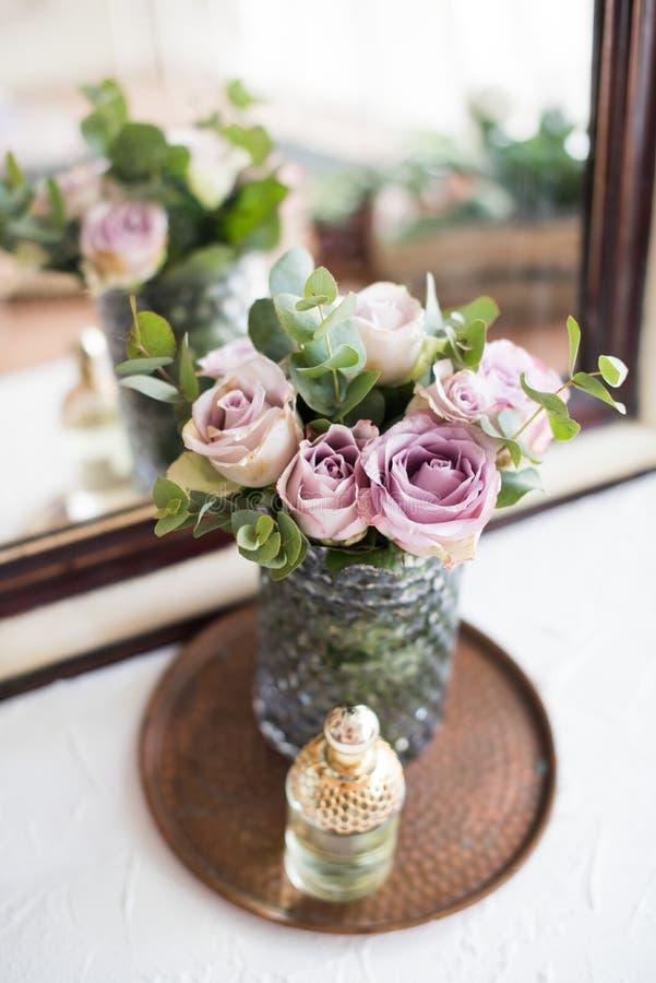 Rosas frescas do verão da cor roxa, malva no vaso e perfume pelo th fotos de stock royalty free