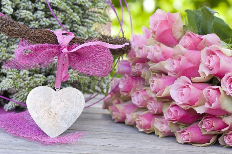 Rosas hermosas con el arqueamiento rosado y brezo blanco fotos de archivo