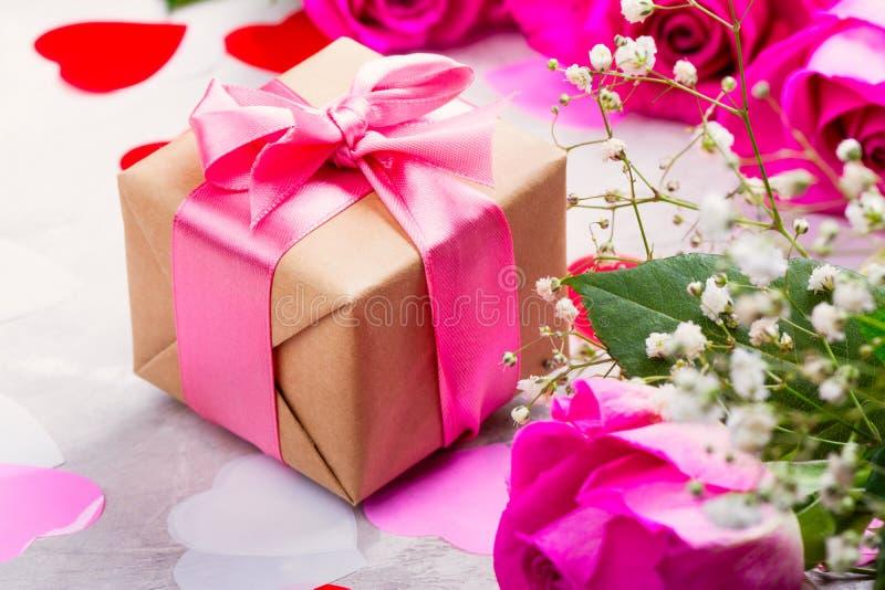 Rosas hermosas en fondo de madera Tarjeta de felicitación del día de tarjetas del día de San Valentín o del día de madres fotos de archivo