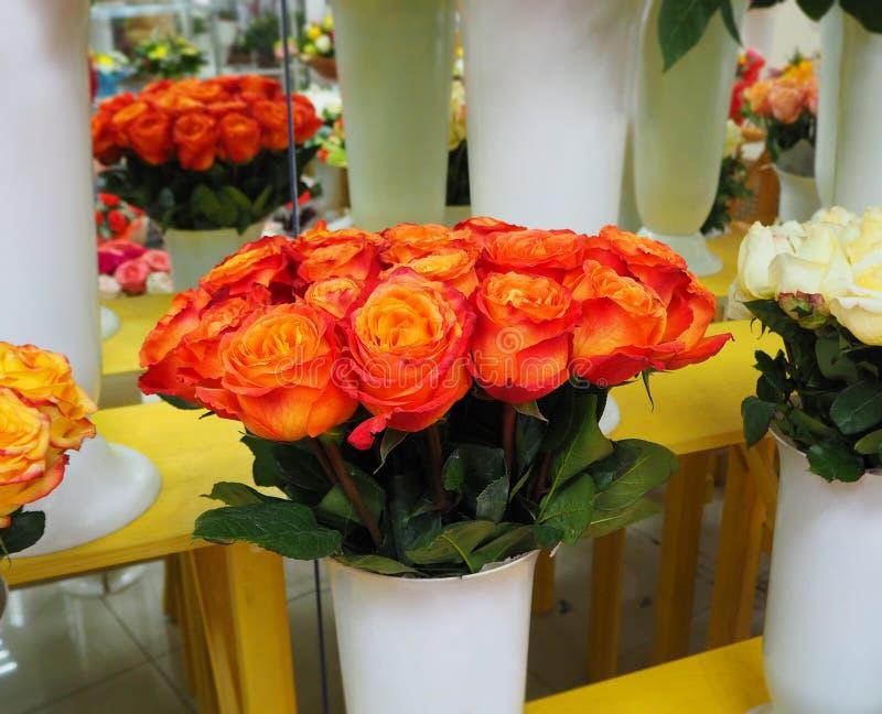 Rosas hermosas en una tienda de flores imagen de archivo libre de regalías