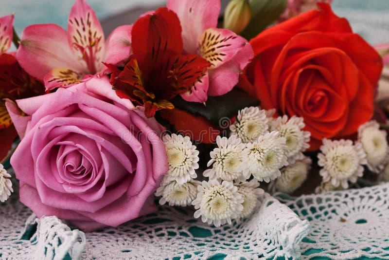Rosas na mesa de madeira em um estilo do vintage imagens de stock