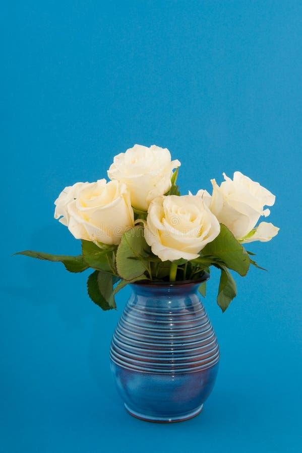 Download Rosas no azul foto de stock. Imagem de grupo, vaso, azul - 12810882