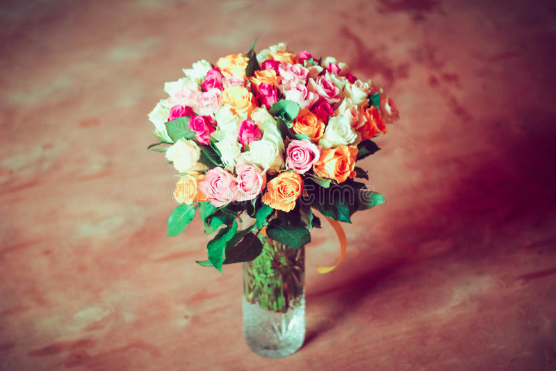 Rosas no vaso transparente imagens de stock royalty free