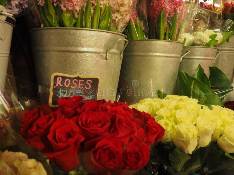 Rosas para a venda no mercado de NYC imagens de stock royalty free