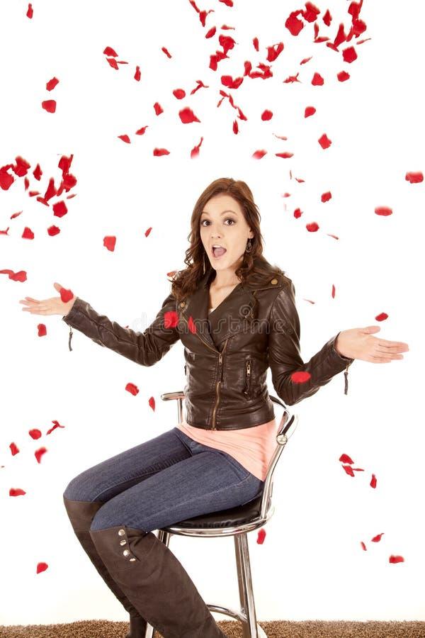 Rosas que caen alrededor de mujer imagen de archivo libre de regalías