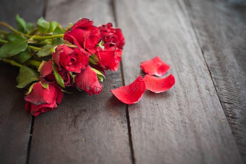 Rosas rojas en el fondo de madera, vintage retro, fotografía de archivo libre de regalías