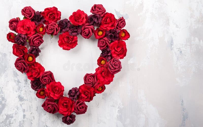 Rosas rojas en la forma del corazón imagen de archivo libre de regalías