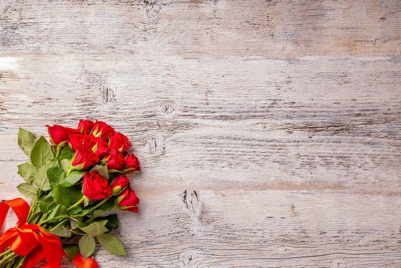 Rosas rojas frescas del jardín imagen de archivo libre de regalías