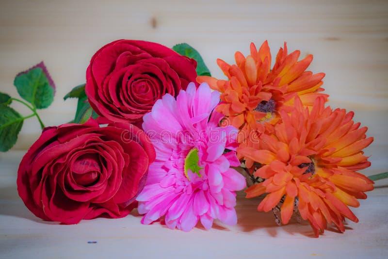Rosas rojas, Gerbera rosado hermoso foto de archivo libre de regalías