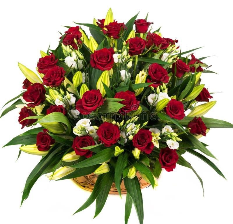 Rosas rojas naturales en una cesta foto de archivo