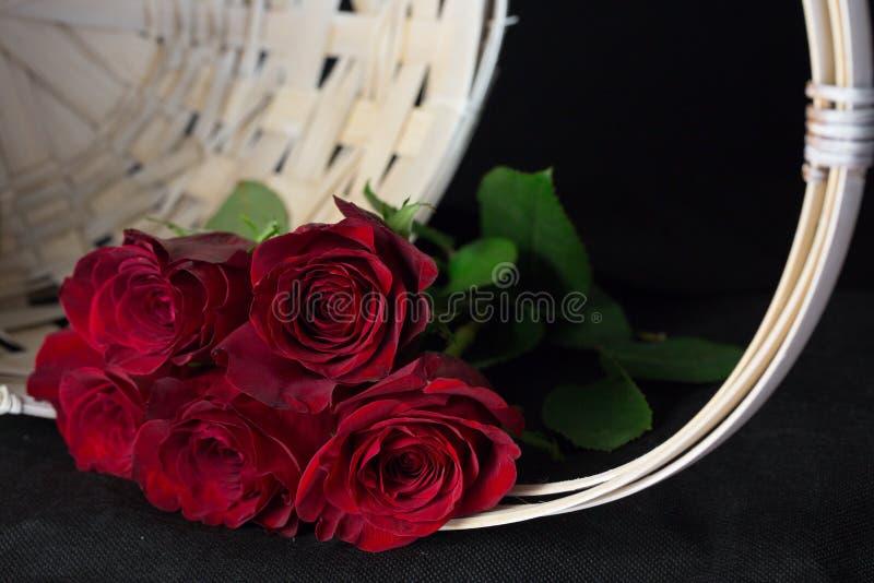 Rosas rojas románticas imagen de archivo
