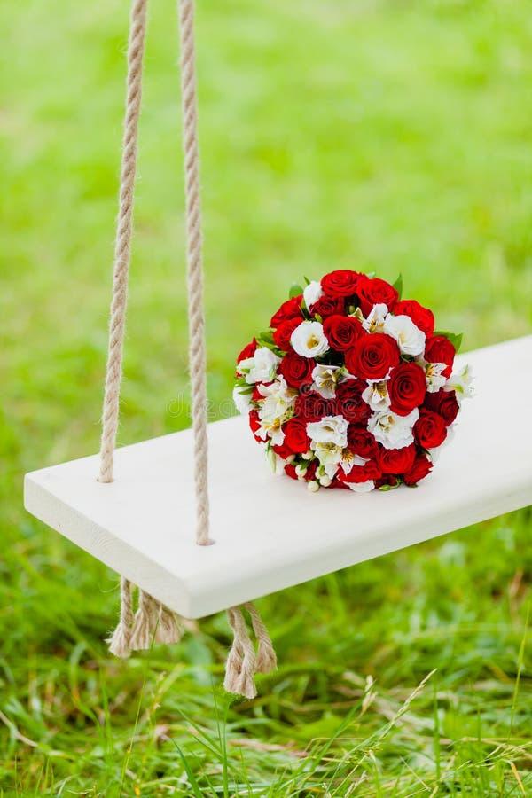 Rosas rojas y blancas del ramo nupcial imagen de archivo libre de regalías