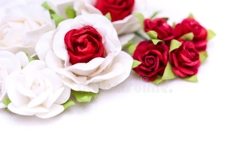 Rosas rojas y rosas blancas en el backgroud blanco, amor del día de San Valentín imagen de archivo