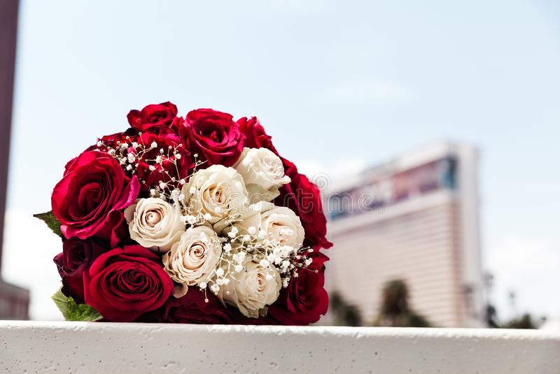 Rosas rojas y blancas en ramo nupcial el día de boda fotos de archivo