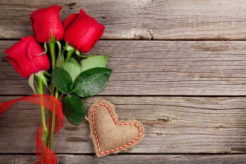 Rosas rojas y corazón del día de tarjeta del día de San Valentín fotografía de archivo