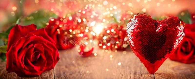 Rosas rojas y corazón hermosos para el día de fiesta imagen de archivo libre de regalías