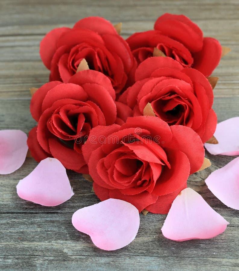 Download Rosas rojas y pétalos foto de archivo. Imagen de flor - 41916282