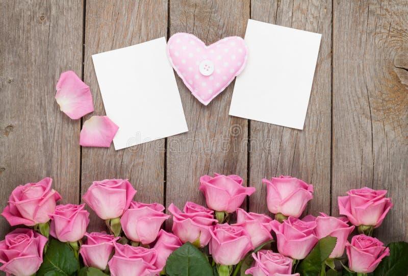 Rosas rosadas, corazón handmaded del juguete y greetin del espacio en blanco del día de tarjetas del día de San Valentín fotos de archivo